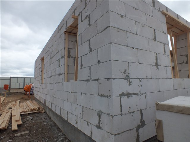 Процесс монтажа стен в домах из газобетона