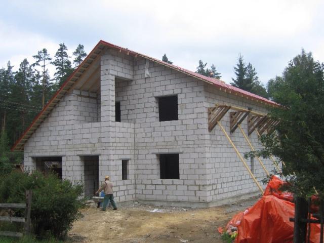 Готовый дом и газобетоных блоков с перекрытой черепицей