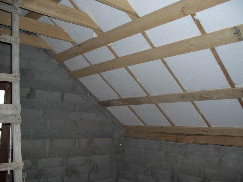 В целях экономии для утепления крыши можно использовать пенопласт как основной материал