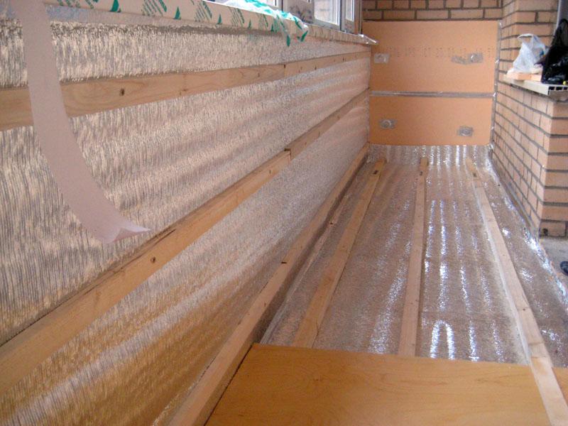При утеплении можно заделывать все поверхности: саму крышу, чердачный пол, боковые стены, это позволит добиться максимального эффекта.