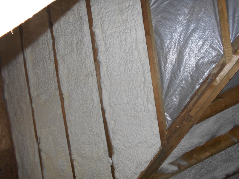 Монтажная пена часто применяется для утепления недоступных щелей при утеплении.