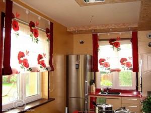 Яркие римские шторы на кухню