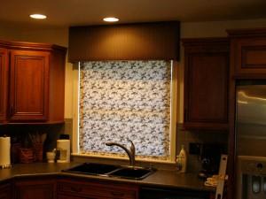 Рулонные шторы на пластиковые окна фото кухня