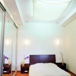 Зеркала и подвесной потолок в комнате