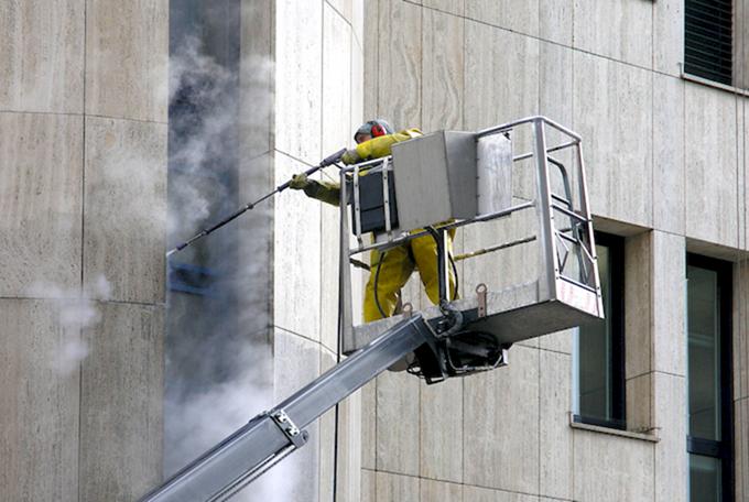 применение химии при мойке фасада