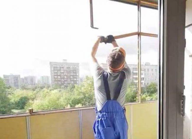Демонтаж окна на лоджии