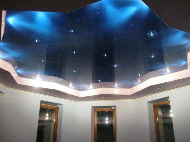Натяжной потолок глянцевый синий
