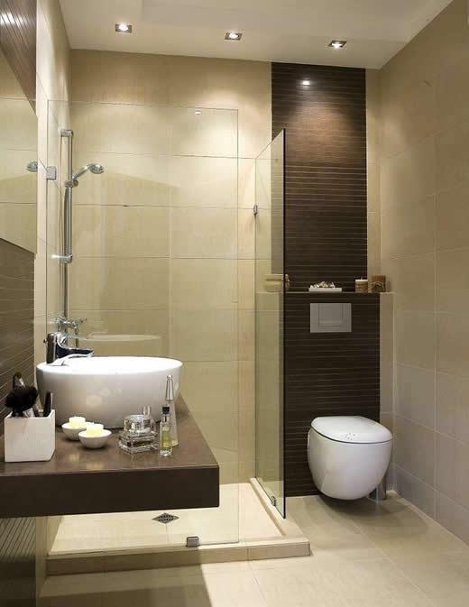 маленькая ванная комната с подвесным унитазом